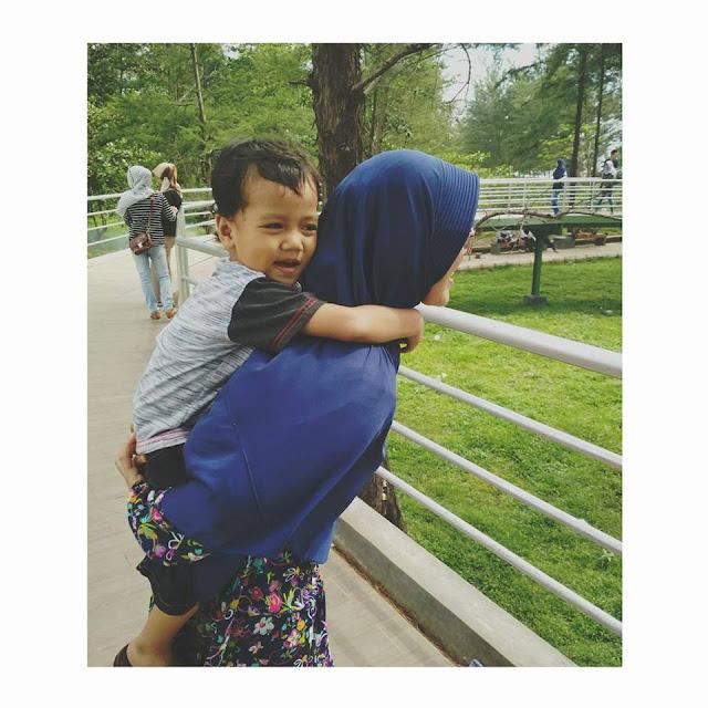 ibu dan anak berfoto di taman berkas bengkulu