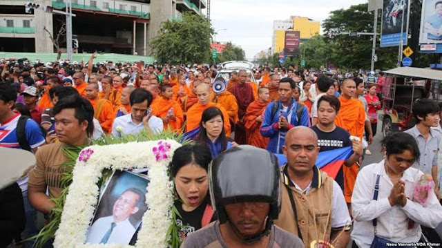 A procession of Kem Lei's body on Preah Monivong Blvd in Phnom Penh in July 10th, 2016. (Neou Vannarin/VOA Khmer)