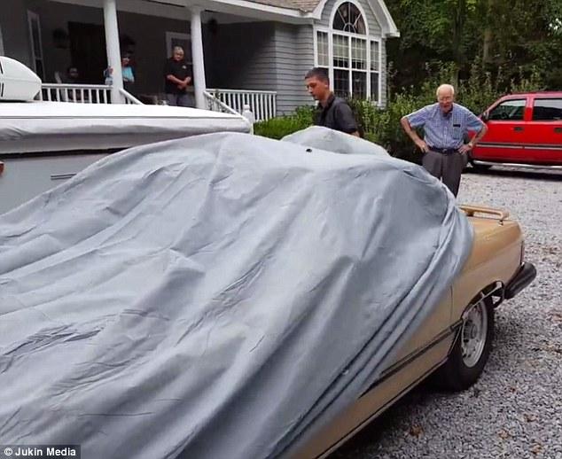 Sorprenden un abuelo con el auto de sus sueños, un Mercedes