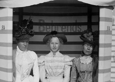 Ausschnitt gespiegelt - Drei Damen im Strandkorb / Strandzelt Behrends #48 - Borkum 1899