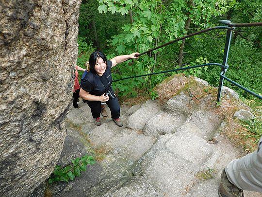 Stopnie wykute w wierzchołkowej skale na Krzyżnej Górze.