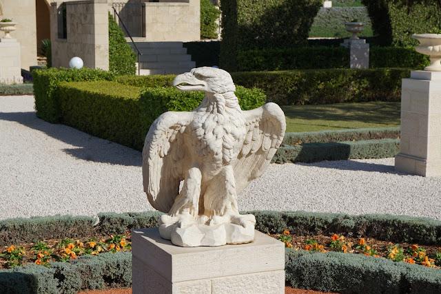 פסל נשר בגן בהאיים עכו