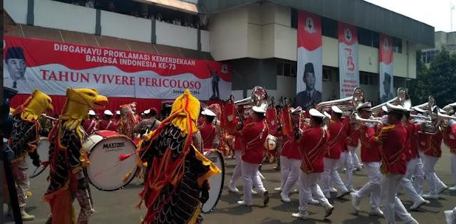 Marching Band Perayaan HUT RI Senandungkan Lagu Ganti Presiden