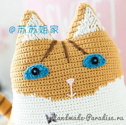 Подушка-котик из пряжи бежевого, коричневого и белого цвета