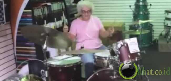 Nenek Drummer