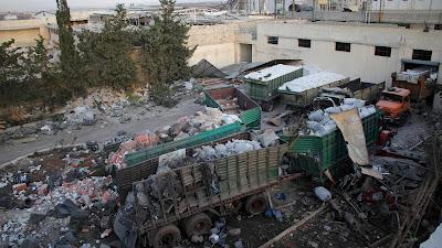En la imagen se observa cómo han quedado los camiones tras el supuesto ataque de la aviación rusa y siria al convoy de la ayuda humanitaria de la ONU, cerca de Alepo, 20 de septiembre de 2016