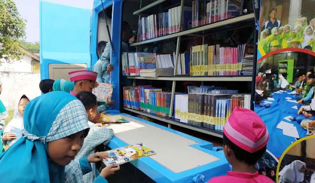 Mobil perpustakaan keliling diserbu anak-anak