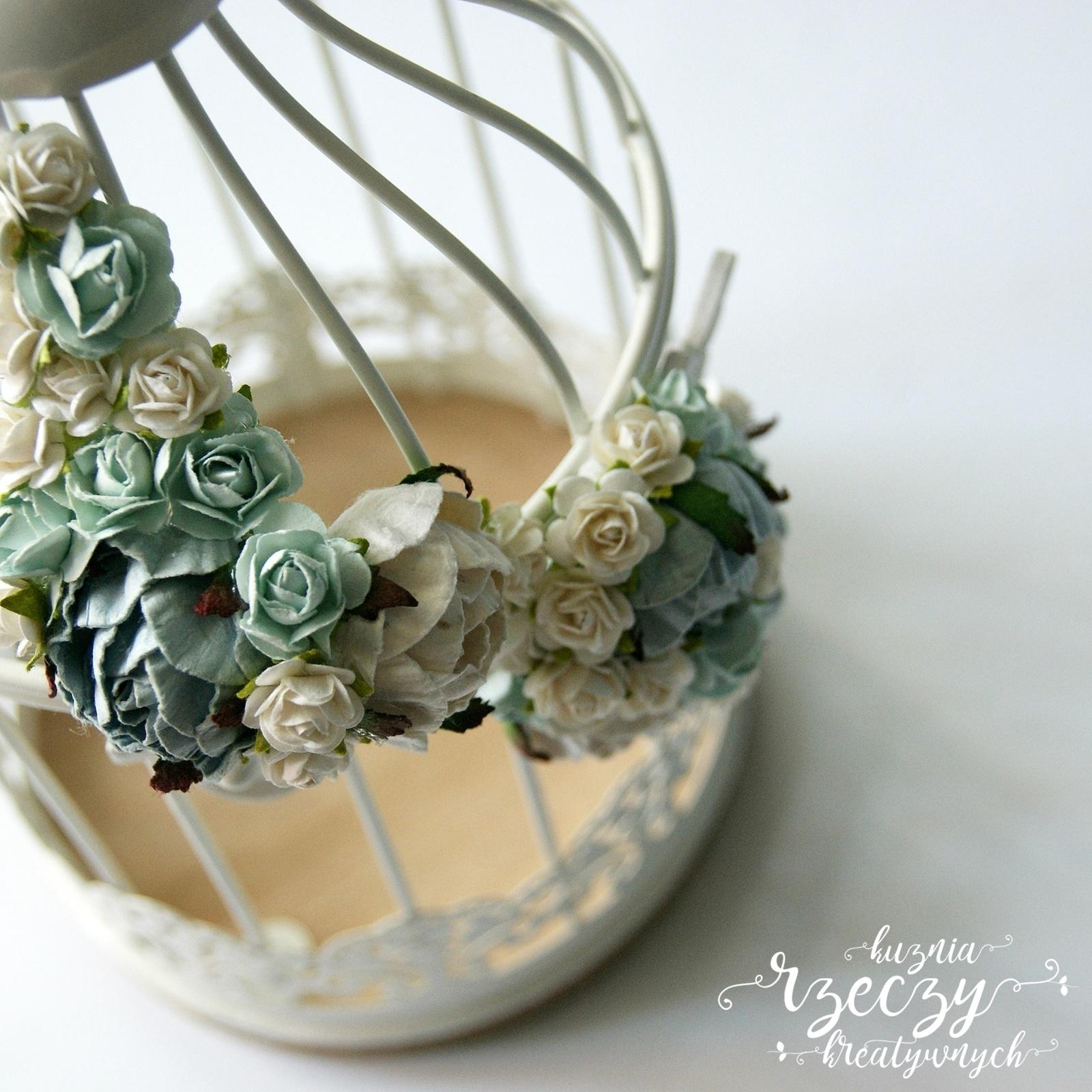 Metalowa klatka - latarenka udekorowana ręcznie robionymi kwiatami.