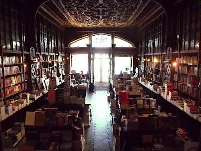 interior da livraria Livraria Lello com prateleiras e livros