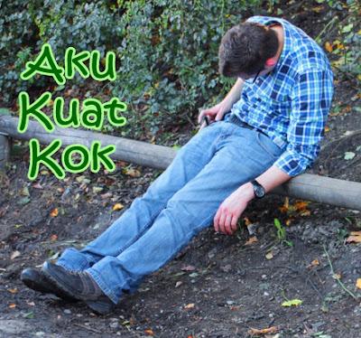gambar orang lucu tertidur di pinggir jalan