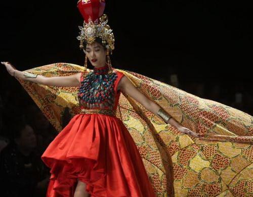 www.Tinuku.com Irma Lumiga bring batik pattern typical Sekar Jagad Banyuwangi in Indonesia Fashion Week (IFW) 2017