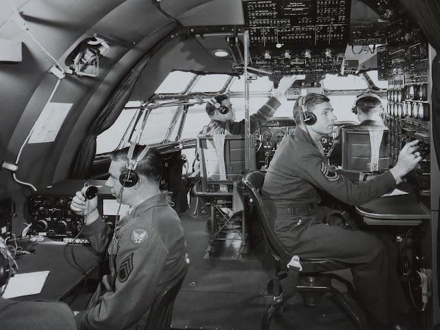 Boeing C-97 StratofreighterBoeing C-97 Stratofreighter kokpiti ve kabin ekibi.