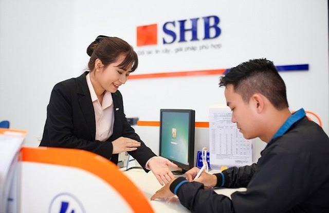 Khách hàng vui mừng nhận hỗ trợ mua nhà từ SHB