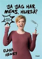 Omslag till Ja jag har mens, hurså? Bilden visar hur författaren Clara Henry gör en tuff grimas medan hon håller i en tampong.
