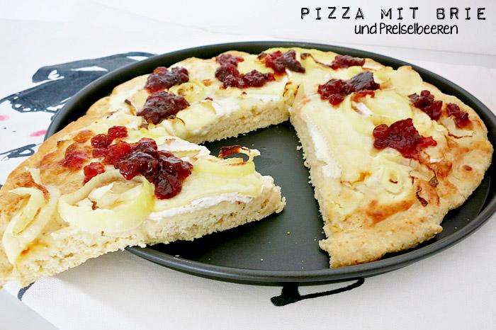 Pizza mit Brie und Preiselbeeren