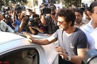 Shah Rukh Khan and Sachin Tendulkar Cast Their Vote For Bmc Election 2017 06.JPG