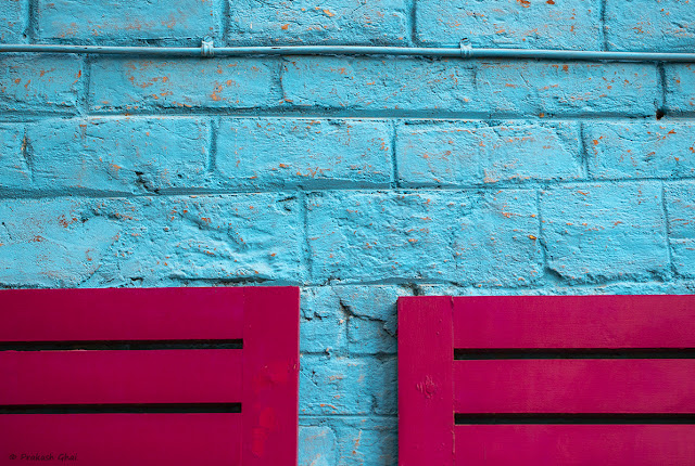 A Colorful Minimal Art Picture of Two Pink Chairs at Nibs Cafe Jaipur. Image clicked by Canon EOS 6D Mark II Full Frame Camera.