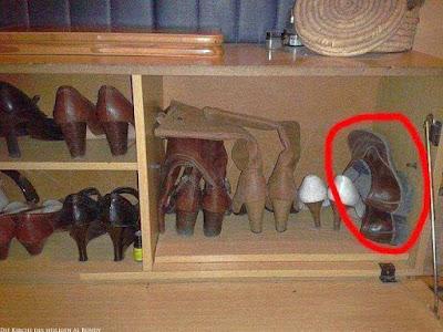 Spaßige Beziehungsbilder gemeinsamer Schuhschrank von Mann und Frau witzig