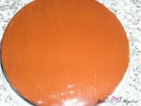 Tarta pintada con la cobertura por encima