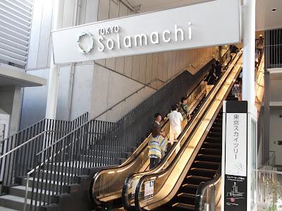 とうきょうスカイツリー駅東口前、東京ソラマチ行きのエスカレーター