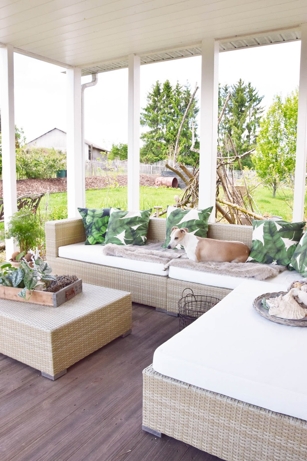 Dekoidee für die Terrasse. Sommer Lounge im Tropical Styke Veranda Deko Dekoration natürlich