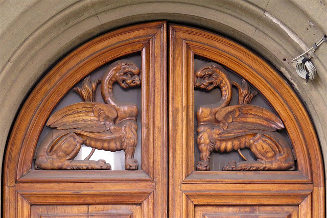 Sphinxes on a front door, Via Coccoluto Ferrigni, Livorno