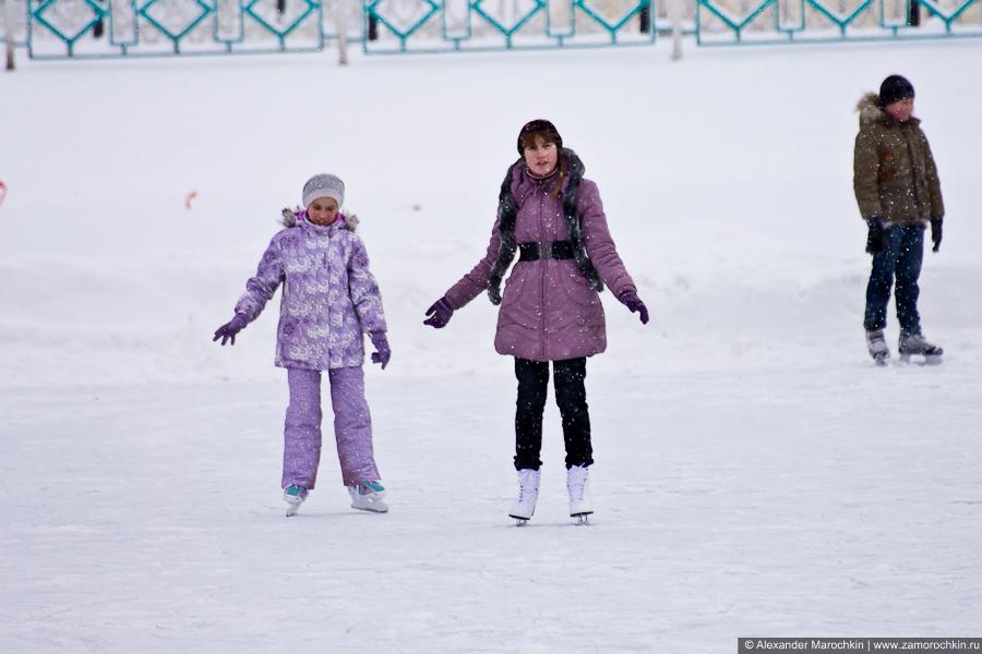 Подростки катаются на коньках