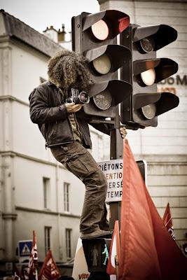 Fotógrafo subido en un semafoto.