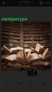 В библиотеке литература на полках и в раскрытом виде лежит на столе
