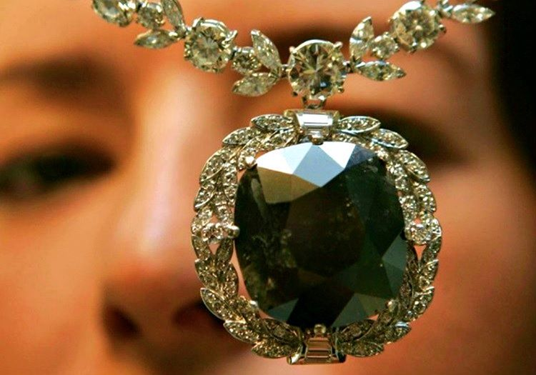 Sahiplerinin hayatını mahveden bu kara elmas taşı, Orlov elması olarak da bilinmektedir.