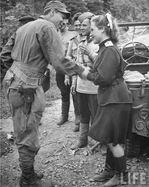 Russian soldiers meet American soldiers in Seoul in 1945