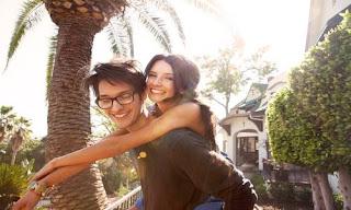 صورة عن الحب: حامل حبيبته على ضهره