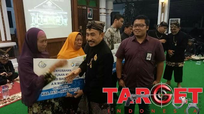 Bupati Pati Haryanto Menyerahkan Santunan Asuransi jiwa Kepada Nelayan Dari PT Jasindo