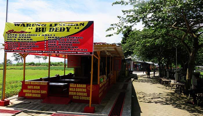 Kompleks Warung Makan dan Suvenir di Telaga Wahyu