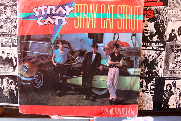 "Stray Cats Single 45rpm de ""Stray Cats Strut"" propiedad de Julián Franco y exibido en 4Works Studio"
