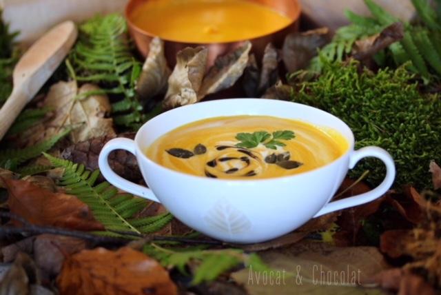 """alt=""""bol de soupe à la courge sur un lit de feuilles mortes"""""""