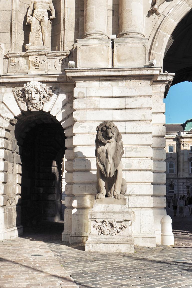 Palais royal de Budapest : statue de lion à l'entrée