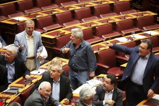 5 βουλευτές του Σύριζα σήκωσαν μπαϊράκι και απειλούν να καταψηφίσουν τροπολογία Μουζάλα.