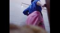 กะจะซ่อนกล้องแอบถ่ายน้าอาบน้ำ น้าสาวดันช่วยตัวเองใช้นิ้วแยงหีใส่กล้องเต็มๆ