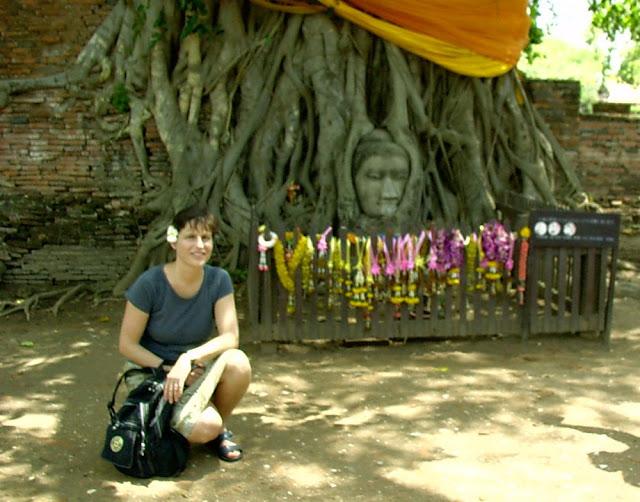 Ich vor dem Buddha in den Baumwurzeln, Wat Mahathat, Ayutthaya - März 2006