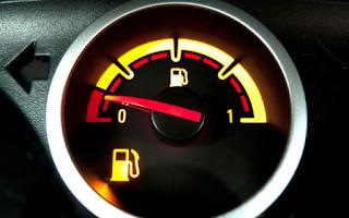 Γιατί δεν πρέπει να οδηγούμε αν ανάψει το λαμπάκι της βενζίνης