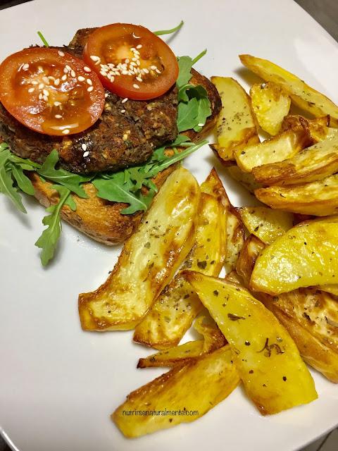 hamburguesa de alubias negras con patatas