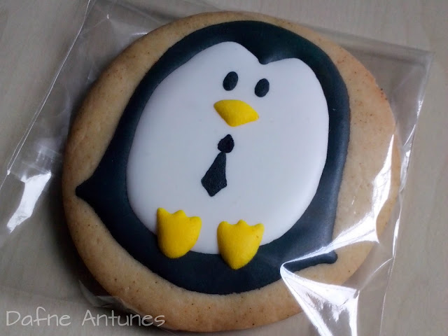 Bolachas de pinguim decoradas com glacê real