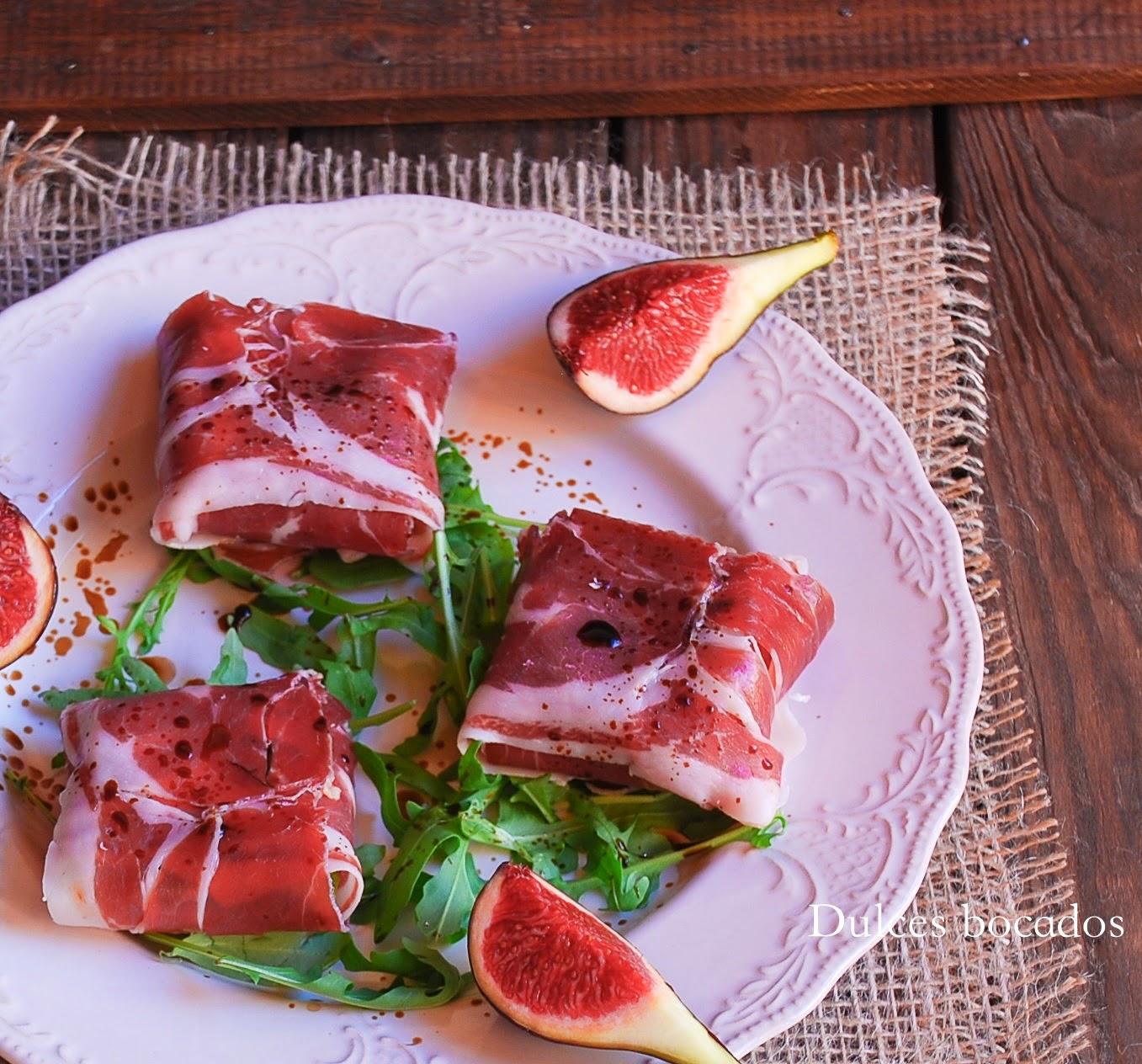 Higos y queso de cabra envueltos en jamon iberico