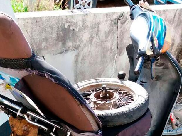 Moto foi adaptada artesanalmente para que fosse conduzida pelo deficiente físico (Foto: Arquivo pessoal)