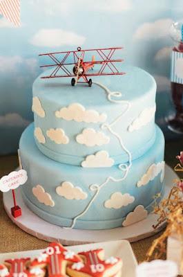Tort bebe personalizat pentru tema travel cu nori si avion