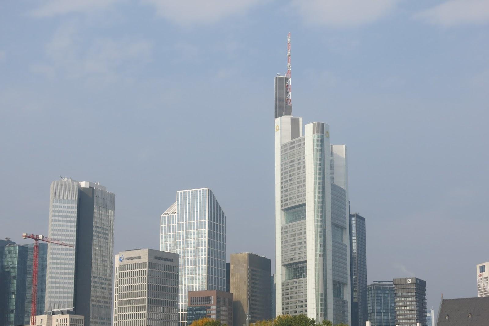 ae404ecbd Mas, a grande peculiaridade de Frankfurt é que no seu horizonte despontam  prédios ultra modernos lado a lado com construções medievais (ou quase, ...