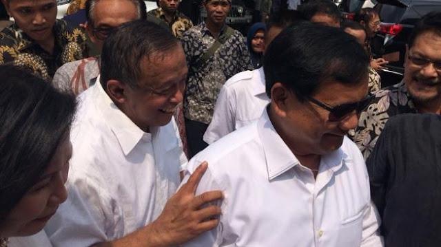 Beri Keris Ke Mantan Panglima TNI Djoko Santoso, Prabowo: Indonesia Tengah Terancam, Ini Tandanya...