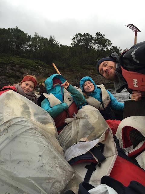 Ida, Mari, meg og Tormod etter litt strandrydding i regnet :)