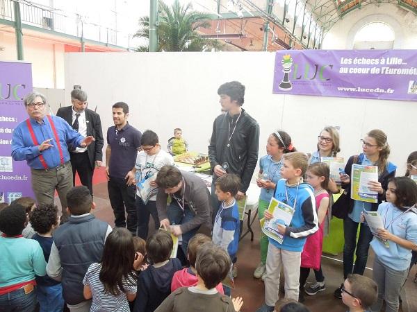 De nombreux enfants réunis par l'organisateur du tournoi Serge Weill (bretelles rouges)